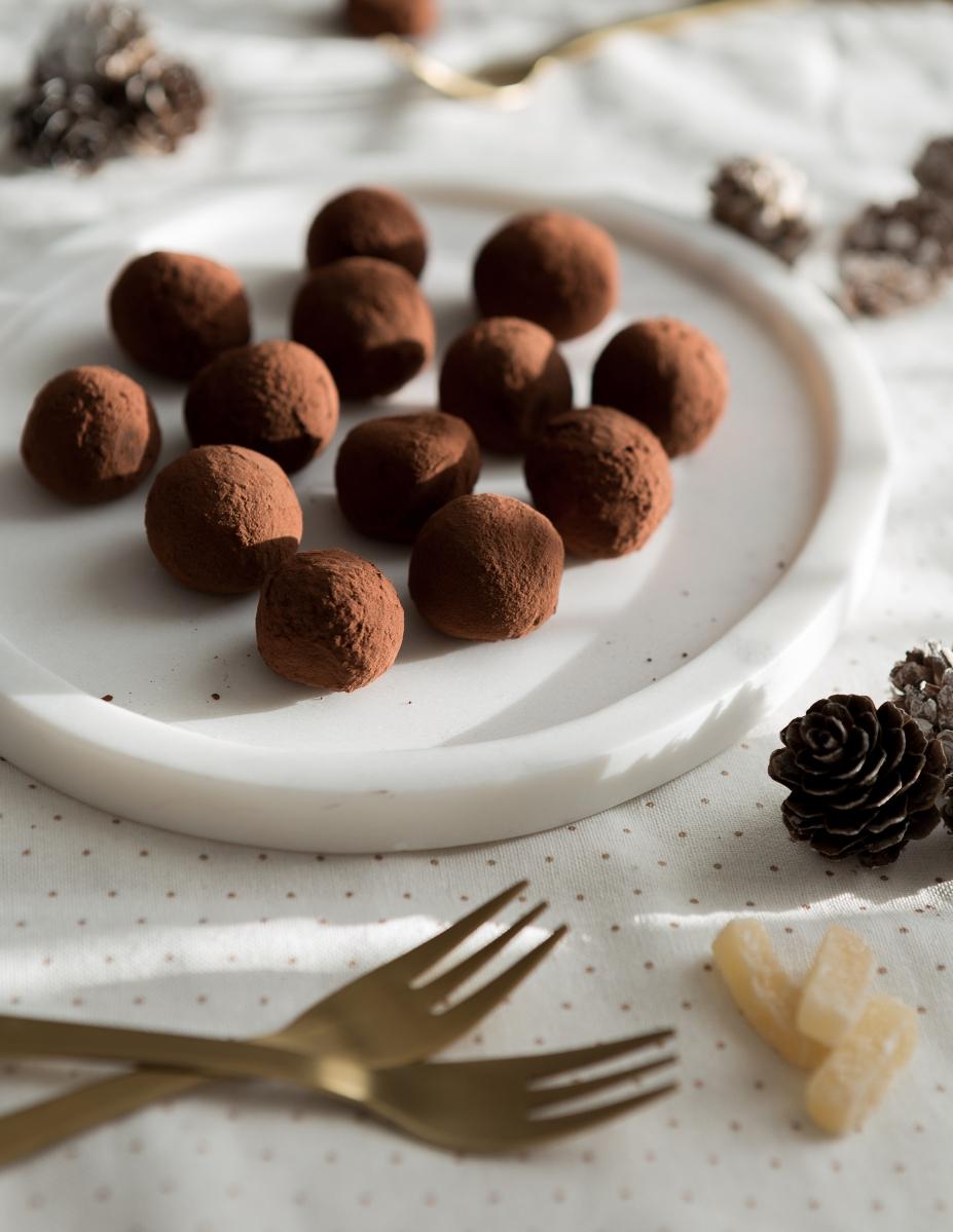 Délicieuses truffes de noël aux deux saveurs : chocolat, bergamote & chocolat, gingembre confit.